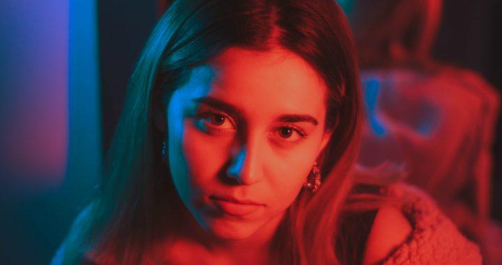 Desde México, conoce a la cantautora Teresa Corral y escucha su nuevo single «Veneno»